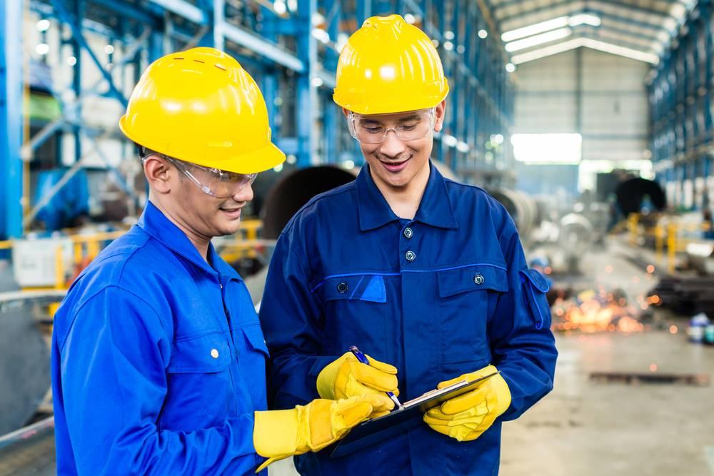personal laborando nave industrial