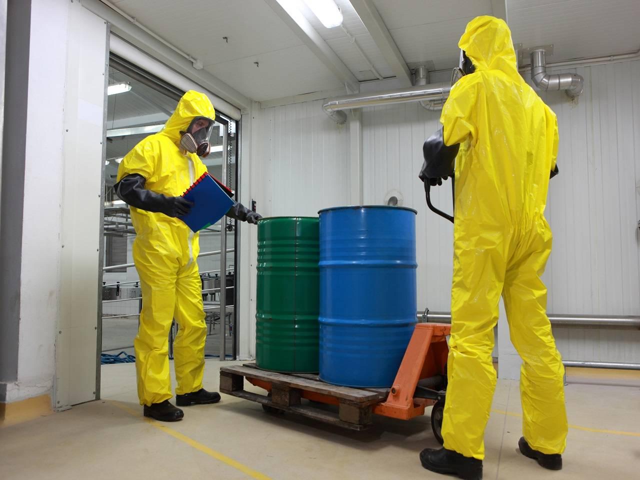 trabajadores manejando material peligroso