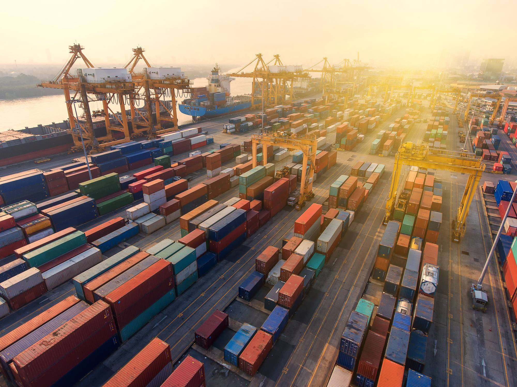 almacenaje en puerto marítimo